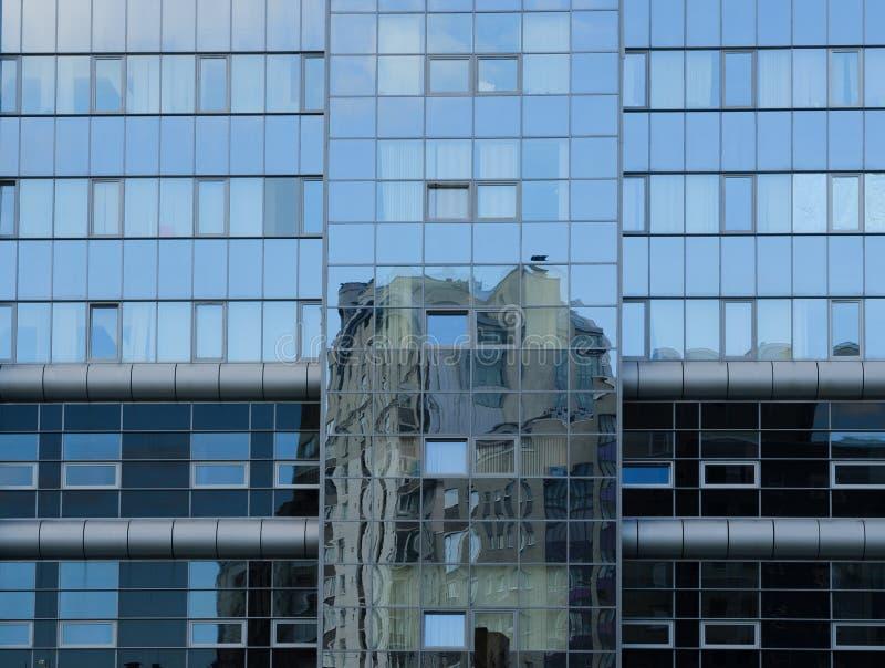 Inny budynek odbijający w szklanej fasadzie obraz royalty free