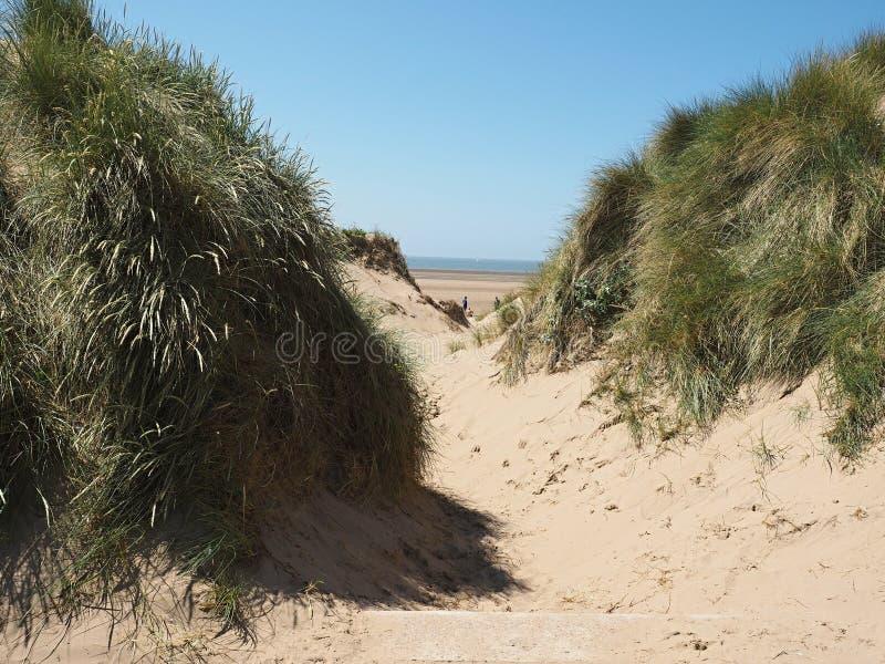 Inny miejsce jest seriami 100 żeliwnych naturalnych rozmiarów postaci na Crosby plażowy przyglądającym za morzu Antony Gormley po zdjęcie royalty free