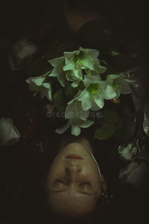 Inocência, adolescente submerso na água com rosas brancas, SCE do romance fotografia de stock royalty free
