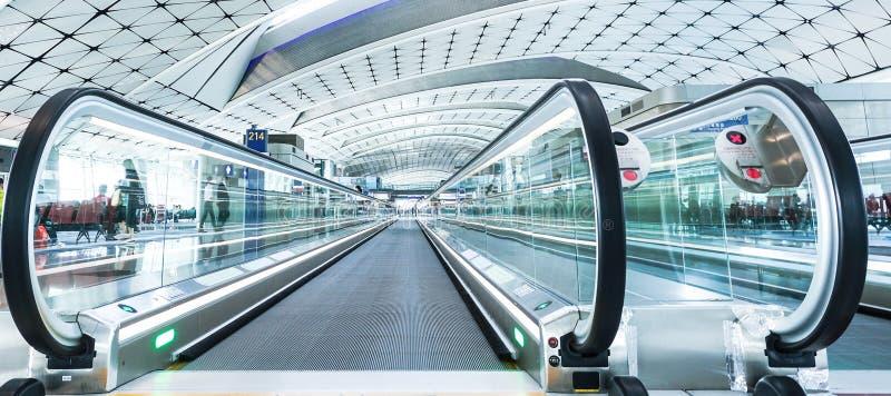 01 - Inom av avvikelsekorridoren på den Suvarnabhumi flygplatsen Bangkok royaltyfria bilder