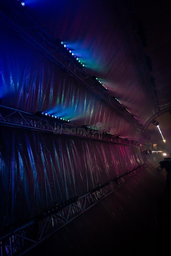 Inom av den futuristiska abstrakta glödande fotontunnelen som göras från DMX-ljus royaltyfria foton