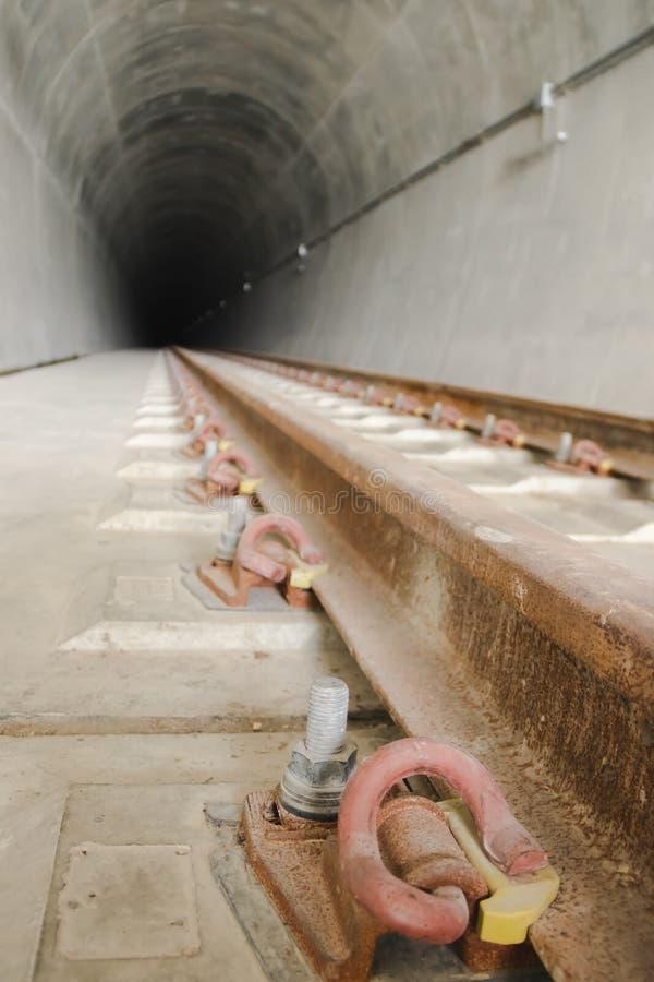 Inom av den järnväg tunnelen arkivfoton
