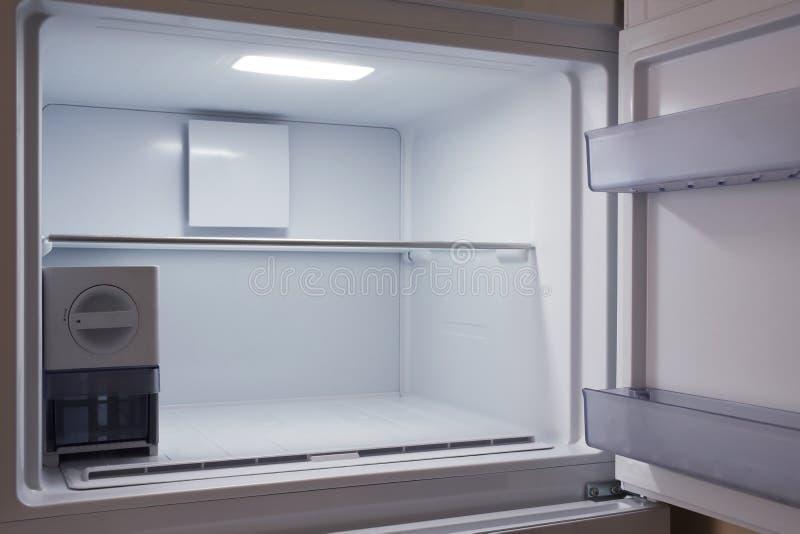 Inom av det tomma och rena moderna kylskåpet, frys royaltyfri fotografi
