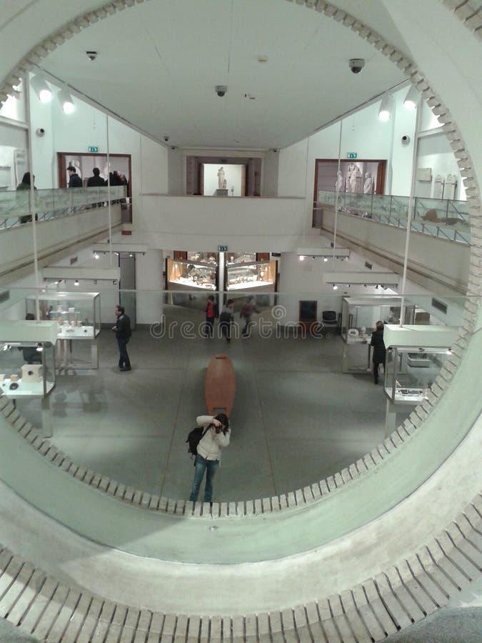 Inom av ett modernt stilmuseum som ses av ett runt fönster italy rome arkivfoton
