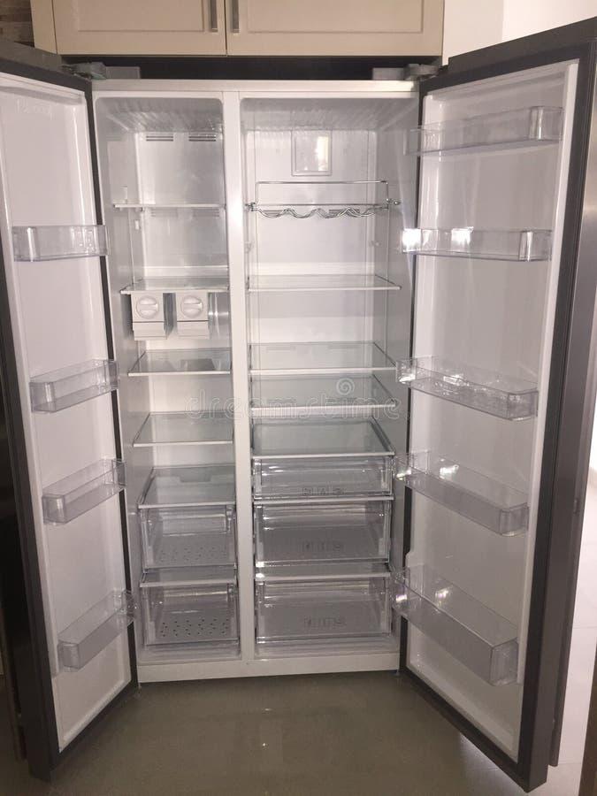 Inom av tomma Grey Double Door Fridge Inom hyllor av det splitterny kylskåpet royaltyfri bild