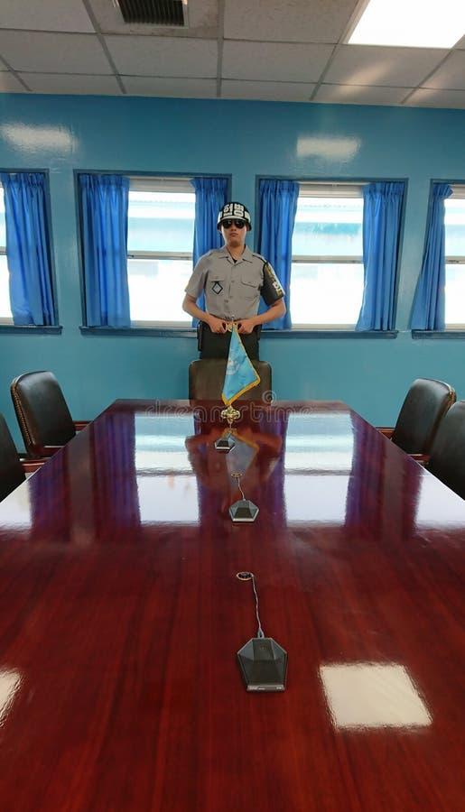 Inom blått demilitariserade huset i DMZ eller DPRK zon Vi ser vakten för det Sydkorea soldatanseendet royaltyfria foton