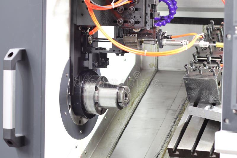 inom CNC-drejbänkmaskinen arkivbild