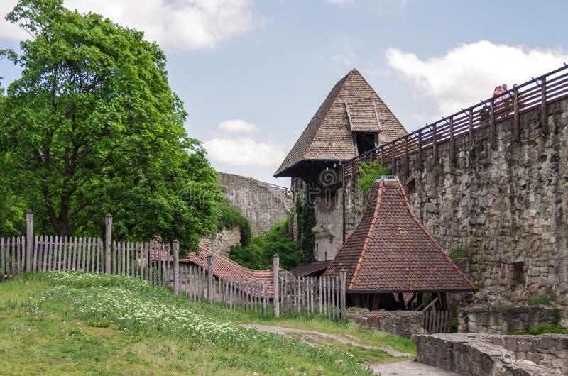 Inom den Eger fästningen Borggården försvarvägg, och skriver in till royaltyfria bilder