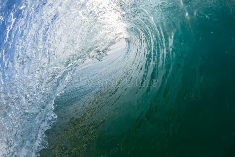 Inom den ihåliga vågen för havblått som kraschar simning royaltyfri fotografi