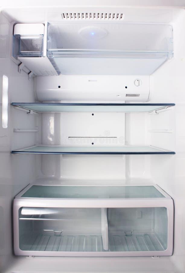 Inom det tomma vita kylskåpet med hyllor för var till pl arkivbild