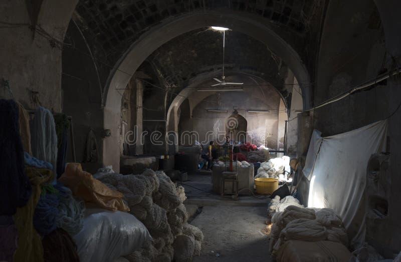 Inom en iransk traditionell ull som dör seminariet i den Kashan staden, Iran arkivbild