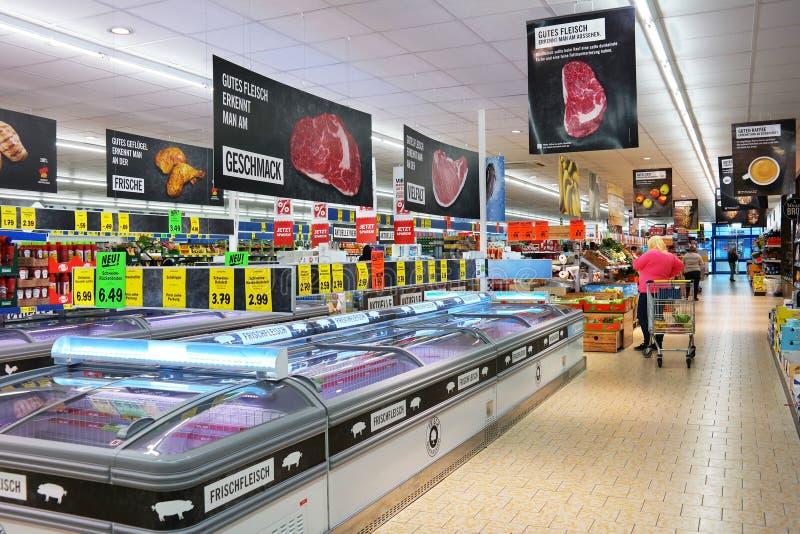 Inom en Lidl supermarket arkivfoton