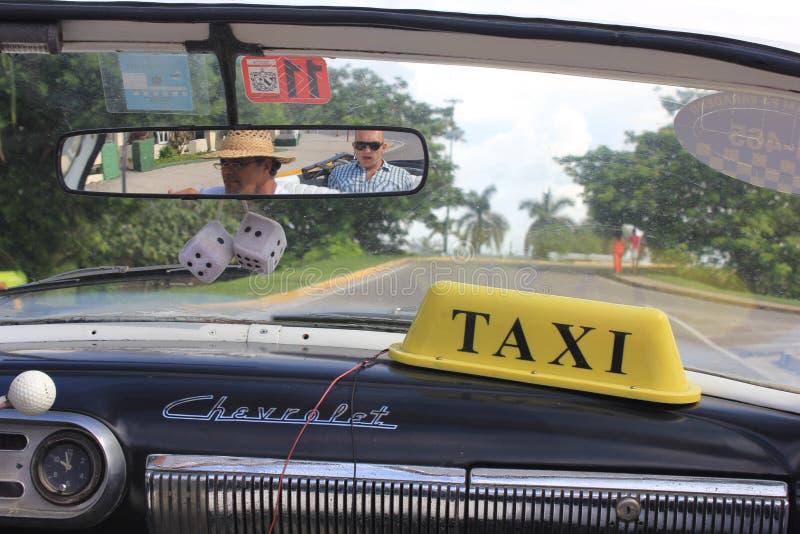 Inom en typisk kubansk taxi spegelreflexion arkivfoto