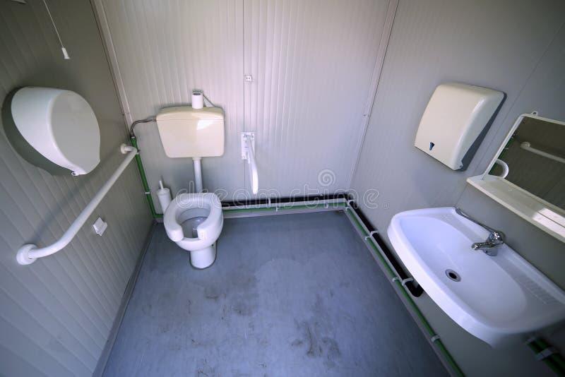Inom handikappade personerbadrummet med den speciala vattenklosetten royaltyfri foto