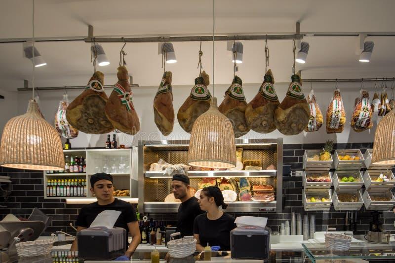 Inom liten italiensk mat och mini- marknad med personalen på arbete i Ferrara italy arkivfoto