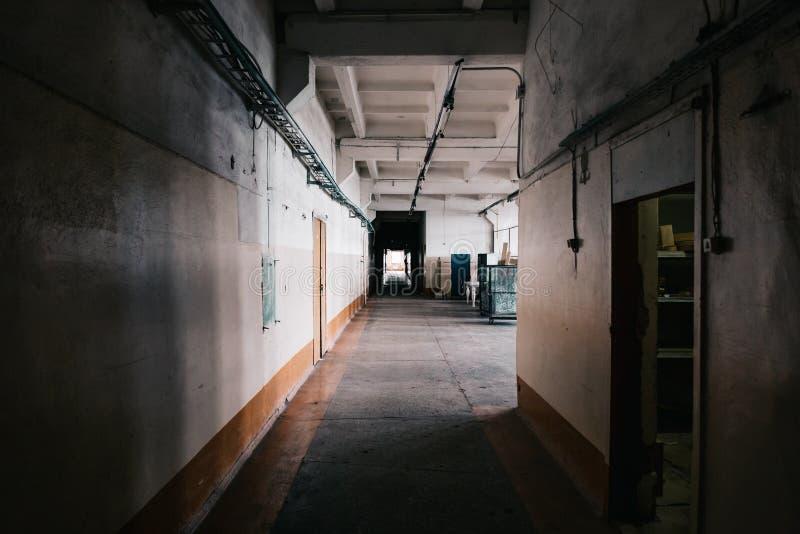 Inom mörk industriell fabriksbyggnad tunnelvision arkivbild