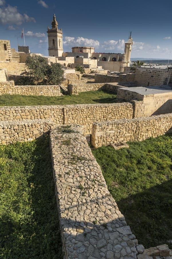 Inom murarna med tinnar av citadellen av Victoria Gozo Malta royaltyfria bilder