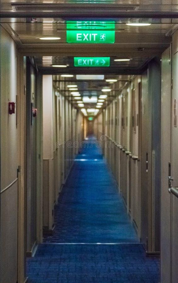 Inom passage F. KR., Kanada - September 13, 2018: Långt inre hall till för rum kryssningskeppet ombord royaltyfri fotografi