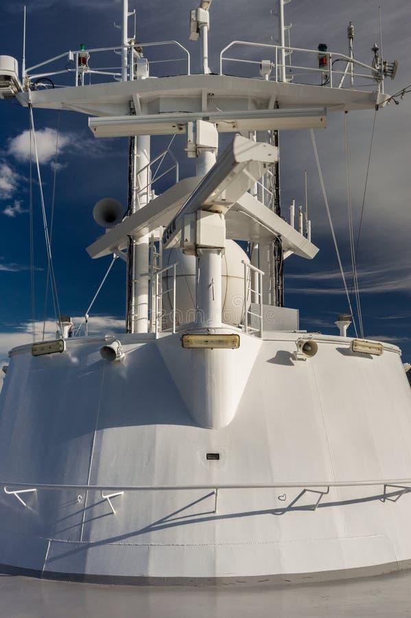 Inom passage F. KR., Kanada - September 13, 2018: Utrustning och antenn för elektronisk navigering på radarmasttorn av a royaltyfri fotografi