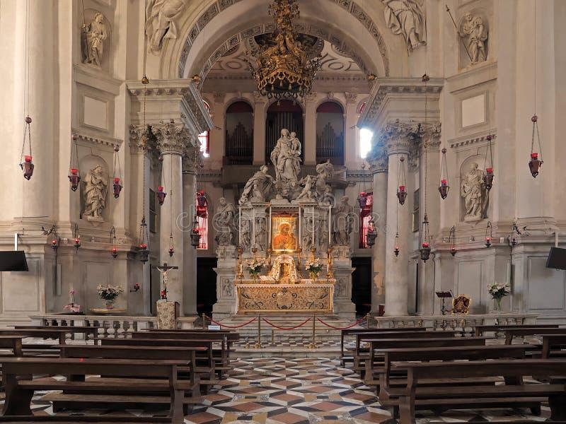 Inom Santa Maria della Salute, domkyrka av Venedig med skulpturer och detaljer royaltyfria bilder
