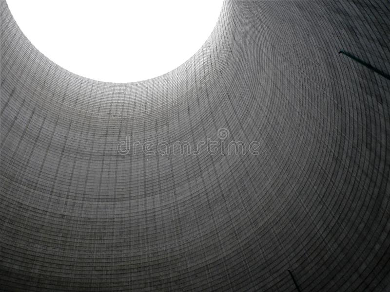 Inom sikt av det kyla tornet för kraftverk fotografering för bildbyråer