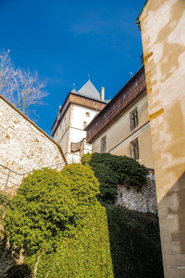Inom sikten av slotten Karlstejn på slottväggarna och de mogna häckarna arkivbild