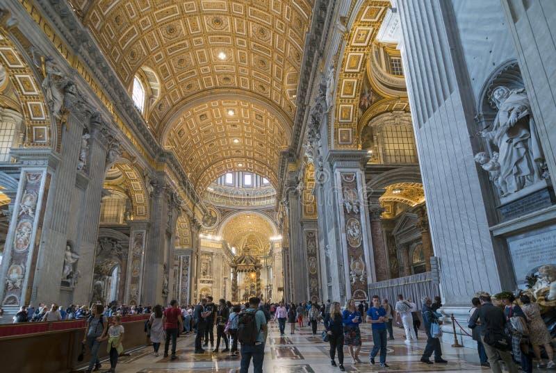Inom Stets Peter basilika i staden av Vaticanen royaltyfri fotografi