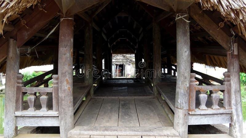 Inom träbron med ett bladtak royaltyfri bild