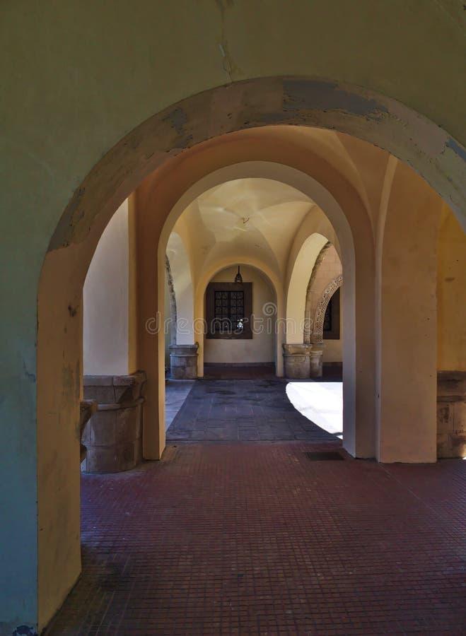 Inom välvd passage arkivfoton