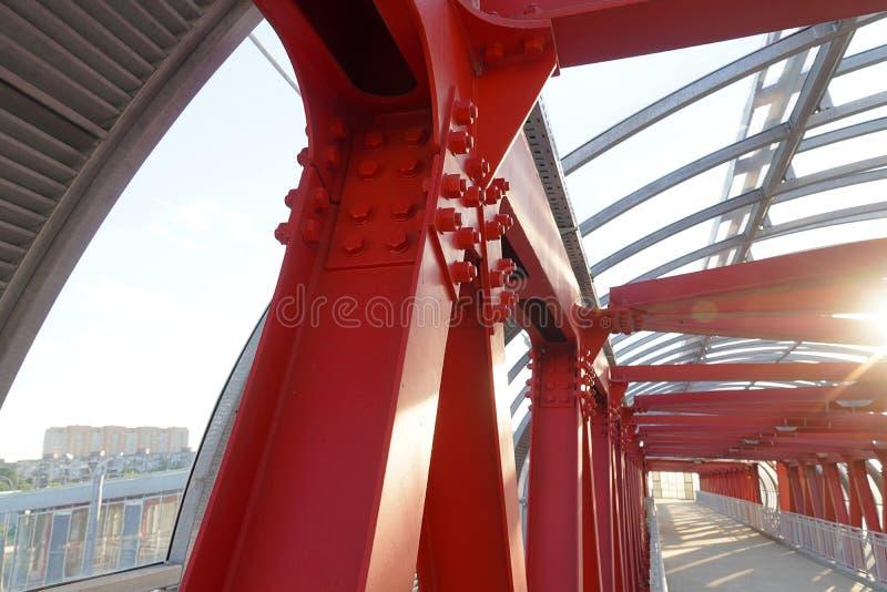 Inomhus över huvudet övergångsställe med järnkonstruktion och exponeringsglastaket Korsa vägen, försedd med gångjärn bro royaltyfria bilder