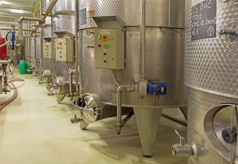 Inomhus av den stora slovakiska producenten för vinproducent. Modernt stort fat för jäsningen. arkivfoton