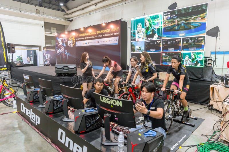 Inomhus cykla tävlings- show för online speldatorlopp i internationell mässa för expo för cykel för Bangkok cykel 2018 royaltyfria foton