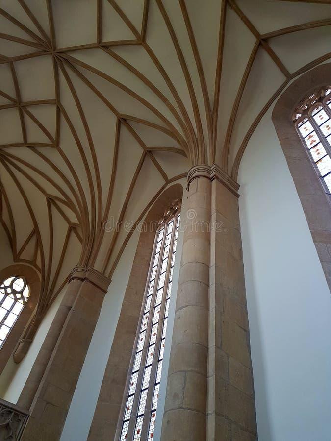 Inomhus gotisk kyrka arkivfoton
