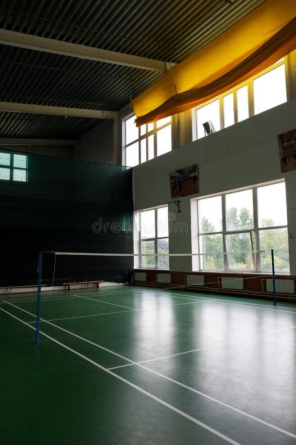 Inomhus grundskolaidrottshall, gammal inre sportslig korridor för volleybolllek royaltyfri foto