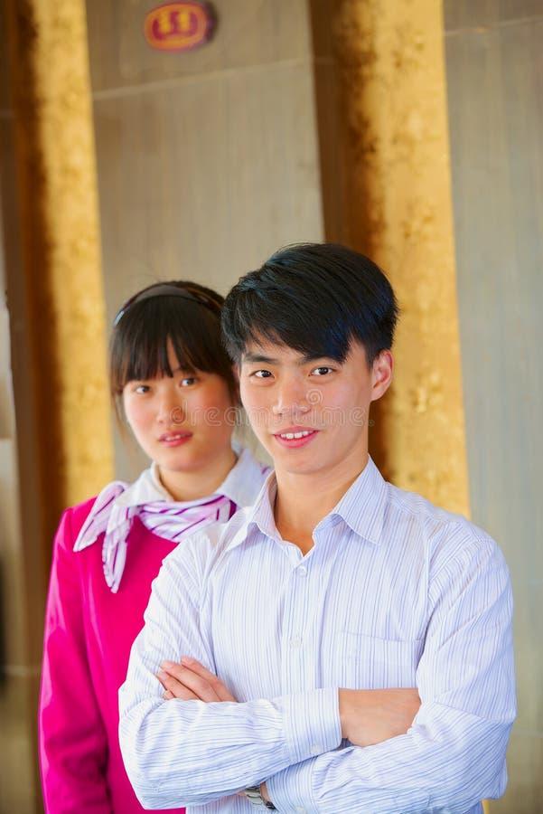 Inomhus hotell för unga asiatiska chefer för främre skrivbord arkivfoton