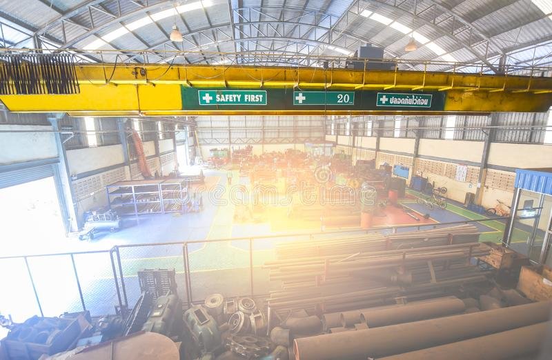 Inomhus kran Krok- och kedjemotorkran inomhus för för elevator metallrör upp och stort material royaltyfri bild