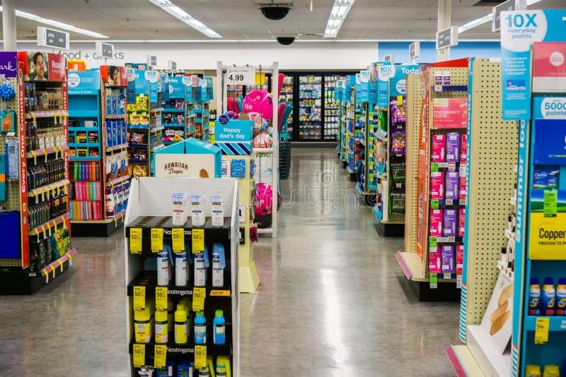 Inomhus sikt av en av den Walgreens diversehandeln arkivfoton