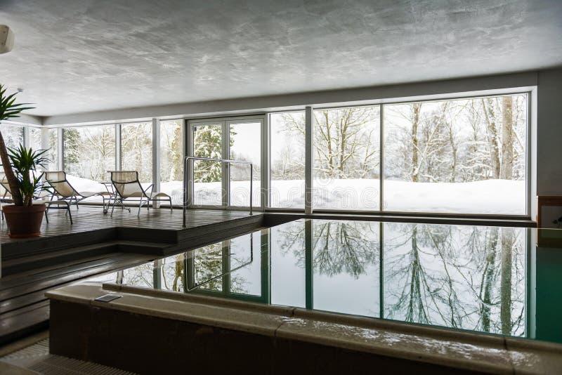Inomhus simbassäng i vinter fotografering för bildbyråer
