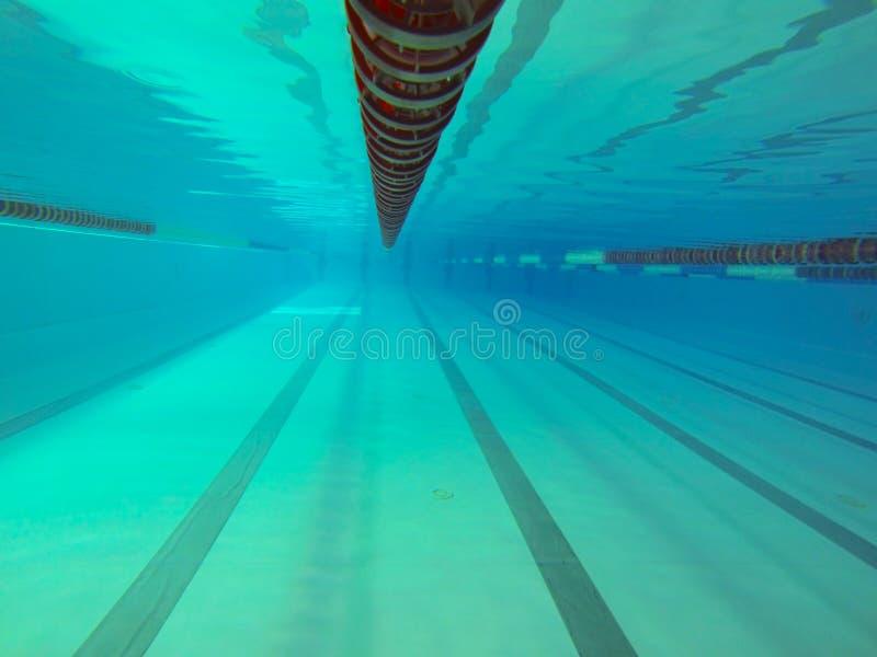 Inomhus simma den 25 meter pölen Sikt under vatten Sportspår Mötesplats för vattensportar och konkurrenser Konstgjord behållare arkivbilder