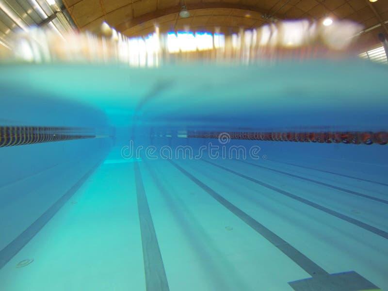 Inomhus simma den 25 meter pölen Sikt under vatten Sportspår Mötesplats för vattensportar och konkurrenser Konstgjord behållare arkivbild