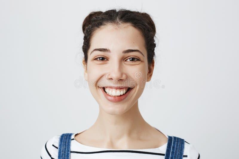 Inomhus skott av den gulliga unga vuxna kvinnan med den trängde igenom näsan och moderiktig frisyr som i huvudsak som ler uttryck arkivbilder