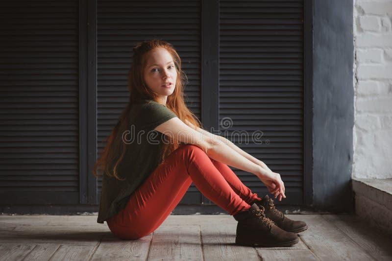 Inomhus stående av den härliga unga rödhårig mankvinnan arkivbilder