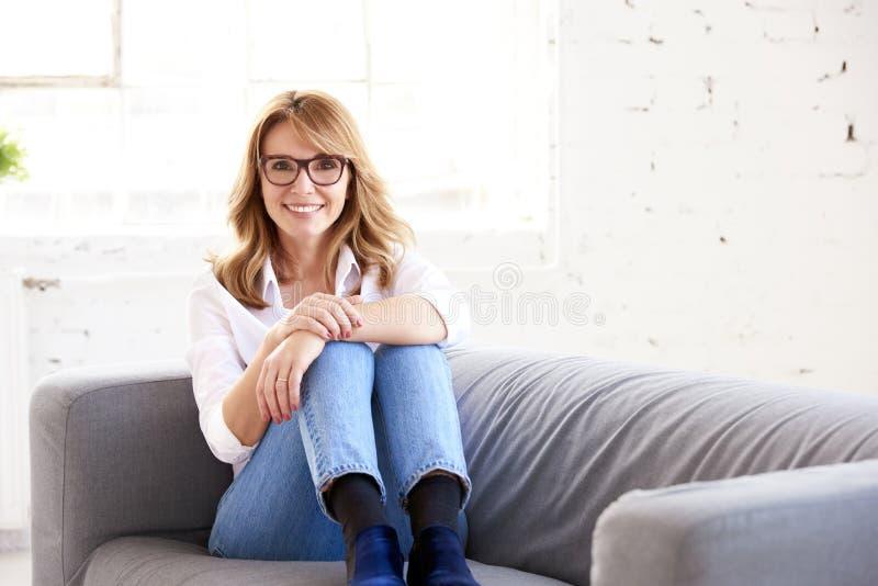 Inomhus stående för härlig lycklig kvinna royaltyfri fotografi