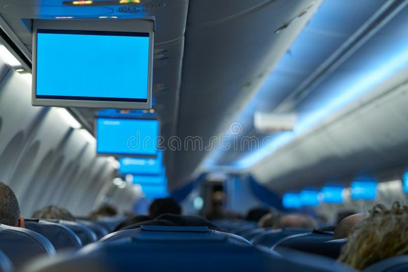Inomhus tvskärmar för flygplan i rad arkivfoton