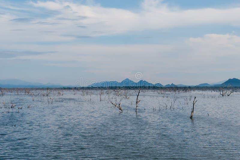 Inondable Le paysage du vaste territoire inondé avec de l'eau photographie stock