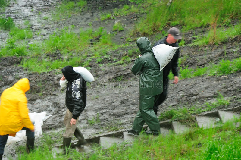 Inondation en Pologne - en Silésie, Zabrze, fleuve Klodnica photos stock