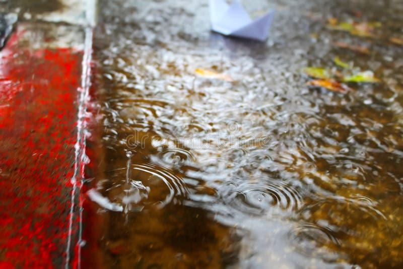 Inondation, pluies d'hiver en Israël L'eau de pluie inonde le trottoir et la route de voitures images stock