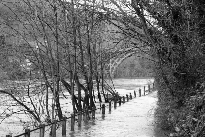 Inondation, pont en fer, Shropshire, Angleterre R-U photographie stock
