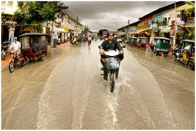 Inondation sur la rue de ville photo stock