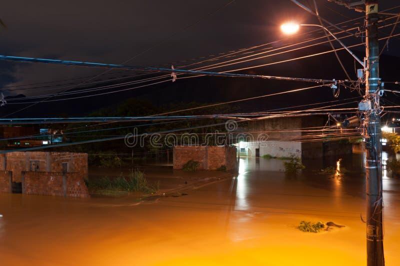 Inondazione alla notte fotografie stock